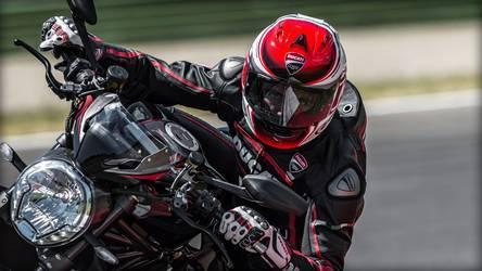 2016 Ducati Monster 1200R | Monster 1200 R - Riding